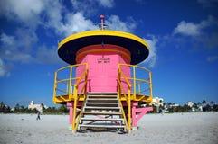 De roze Toren van de Badmeester in het Strand van het Zuiden Royalty-vrije Stock Fotografie