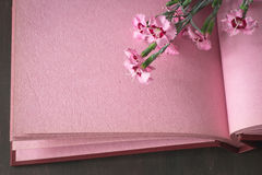 De roze uitstekende achtergrond van het fotoalbum met bloemen Royalty-vrije Stock Foto