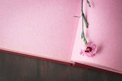 De roze uitstekende pagina van het fotoalbum met enige bloem Stock Afbeeldingen