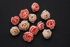 De roze Valse Zwarte Achtergrond van Rosess De partij van Kunstmatige Roze Perzik bloeit Exemplaarruimte royalty-vrije stock fotografie