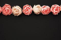 De roze Valse Zwarte Achtergrond van Rosess Partij van Kunstmatige Roze Perzikbloemen in Ruwe Exemplaarruimte Royalty-vrije Stock Afbeelding