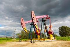 De roze van de het booreilandenergie van de Oliepomp industriële machine aan de kant van D Royalty-vrije Stock Foto
