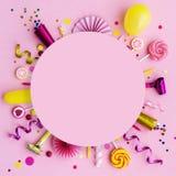 De roze verjaardagsvlakte legt achtergrond royalty-vrije stock foto's