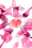 De roze vorken die hartvorm omringen en namen bloemblaadjes toe Royalty-vrije Stock Afbeeldingen