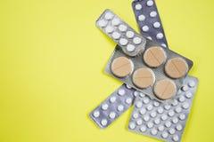 De roze-witte pillen van de antibioticacapsule in blaarpak Antimicrobial drugweerstand Farmaceutische Industrie globaal royalty-vrije stock afbeeldingen