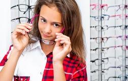 De roze-zwarteglazen van de tienerholding stock foto's