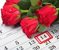 De rozen leggen op de kalender met de datum van 14 Februari Valentijnskaart Stock Foto