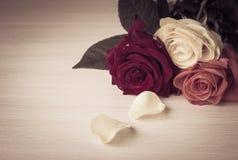 De rozen op een lijst sluiten omhoog Royalty-vrije Stock Afbeeldingen