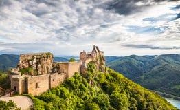De ruïne van het Aggsteinkasteel en de rivier van Donau in Wachau, Oostenrijk Stock Foto's