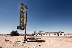 De ruïne van het hotelteken langs historisch Route 66 stock afbeeldingen