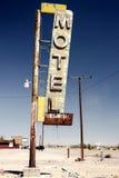 De ruïne van het hotelteken langs historisch Route 66 stock fotografie