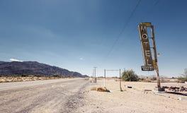 De ruïne van het hotelteken langs historisch Route 66 royalty-vrije stock foto