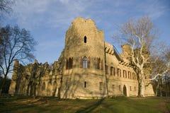 De ruïne van het kasteel onder de blauwe hemel Royalty-vrije Stock Foto's