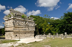De ruïne van het klooster in Chichen Itza Stock Foto