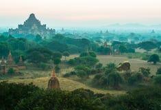 De ruïne van oude tempel achter de mist in Bagan City tijdens Stock Foto's