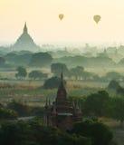 De ruïne van oude tempel in de mist in Bagan City Stock Afbeelding