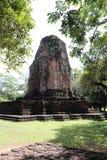 De ruïnepagode van Prang Srithep en voorgrond groene boom in archeologische plaats van de oude stad van Srithep in Petchaboon, Th Royalty-vrije Stock Afbeeldingen