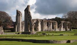 De Ruïnes en de gronden van de Abdij van Glastonbury stock afbeelding