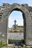 De ruïnes en het kruis van Ierland stock afbeeldingen