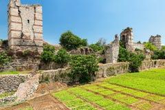 De ruïnes van beroemde oude muren van Constantinopel in Istanboel stock afbeelding