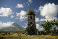 De ruïnes van Cagsawa Stock Afbeeldingen