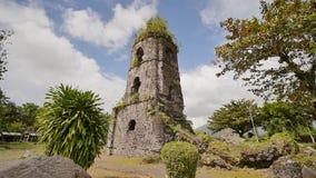 De ruïnes van Cagsawa-kerk, het tonen zetten Mayon op losbarstend op de achtergrond Cagsawa Albay Filippijnen Binnen het schieten stock footage
