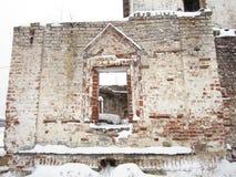 De ruïnes van de kerkmuur in oud Russisch klooster altaar Stock Foto