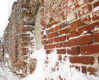 De ruïnes van de kerkmuur in oude Rus Royalty-vrije Stock Afbeeldingen