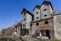 De ruïnes van de oude fabrieksgebouwen Stock Afbeeldingen