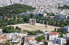 De ruïnes van de oude tempel van Olympian Zeus, in Athene, zoals die van de Akropolis wordt gezien Stock Foto's