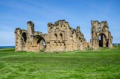 De ruïnes van de priorij en het kasteel van Tynemouth Stock Foto's