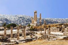 De ruïnes van de Tempel van Hercules in Amman, de oude vesting op een achtergrond van het stedelijke landschap Royalty-vrije Stock Afbeelding