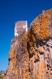 De ruïnes van de toren van een middeleeuws kasteel op een rots royalty-vrije stock foto