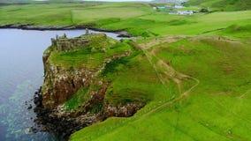 De ruïnes van Duntulm-Kasteel op het Eiland van Skye - luchthommellengte stock footage
