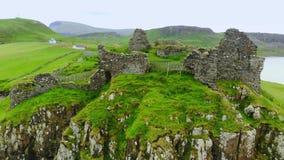 De ruïnes van Duntulm-Kasteel op het Eiland van Skye - luchthommellengte stock videobeelden