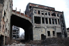 De ruïnes van een bombarderen-uit industrieel gebouw Royalty-vrije Stock Fotografie