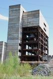 De ruïnes van een bombarderen-uit industrieel gebouw Royalty-vrije Stock Afbeeldingen