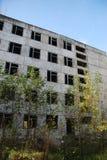 De ruïnes van een bombarderen-uit industrieel gebouw Stock Foto's