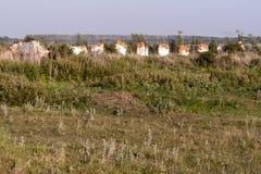 De ruïnes van een landbouwdielandbouwbedrijf tijdens de Sovjetera wordt gebouwd stock fotografie