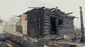 De ruïnes van een oud die blokhuis door brand wordt vernietigd stock footage