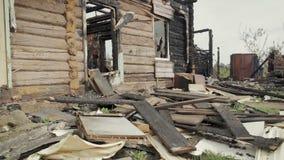 De ruïnes van een oud die blokhuis door brand wordt vernietigd stock video