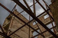 De ruïnes van een oud geruïneerd gebouw Sluit omhoog Royalty-vrije Stock Foto