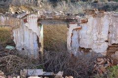 De ruïnes van een oud huis stock afbeeldingen
