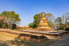 De ruïnes van een oude historische tempel in de oudste stad van Chiang Mai riepen Wiang Kum Kam die in laatste werd ontdekt stock foto's