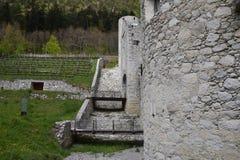 De ruïnes van een oude kasteelvesting, muren met torens en ophaalbrug in Zuid-Tirol Italië Royalty-vrije Stock Afbeeldingen