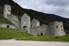 De ruïnes van een oude kasteelvesting, muren met torens en ophaalbrug in Zuid-Tirol Italië Royalty-vrije Stock Afbeelding