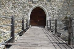 De ruïnes van een oude kasteelvesting, muren met torens en ophaalbrug in Zuid-Tirol Italië Stock Fotografie