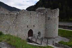 De ruïnes van een oude kasteelvesting, muren met torens en ophaalbrug in Zuid-Tirol Italië Stock Afbeeldingen