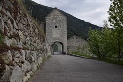 De ruïnes van een oude kasteelvesting, muren met torens en ophaalbrug in Zuid-Tirol Italië Royalty-vrije Stock Foto's