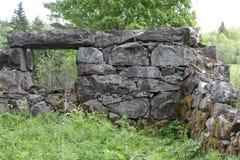 De ruïnes van een oude steen huisvesten in een verlaten dorp stock foto's